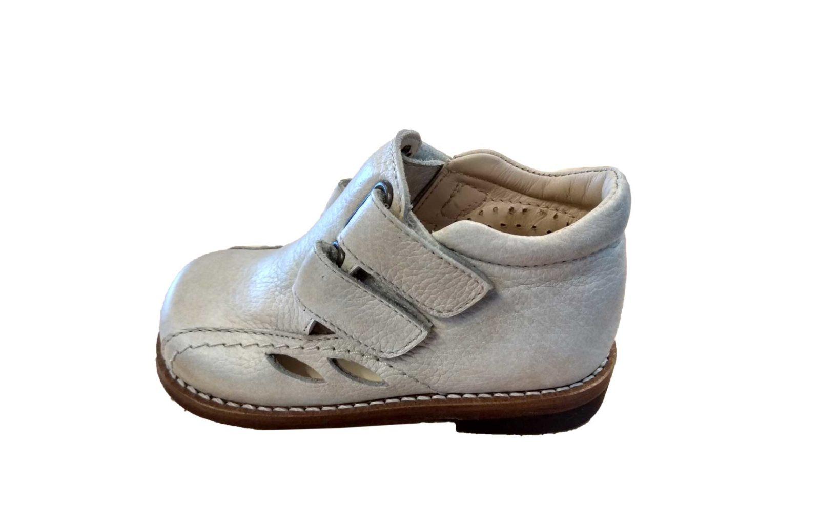 Sapatos Ortopédicos pediátricos, tamanho 23, na cor bege, com fechos de velcro e pequenas aberturas nas laterais, da marca Paquito.