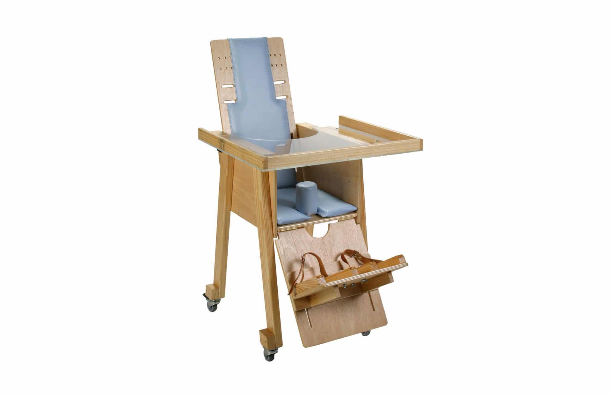 Cadeira de atividades Simba da Orthos XXI ideal para posicionamento sentado de crianças sem grandes deformidades. Possui encosto reclinável e tabuleiro.