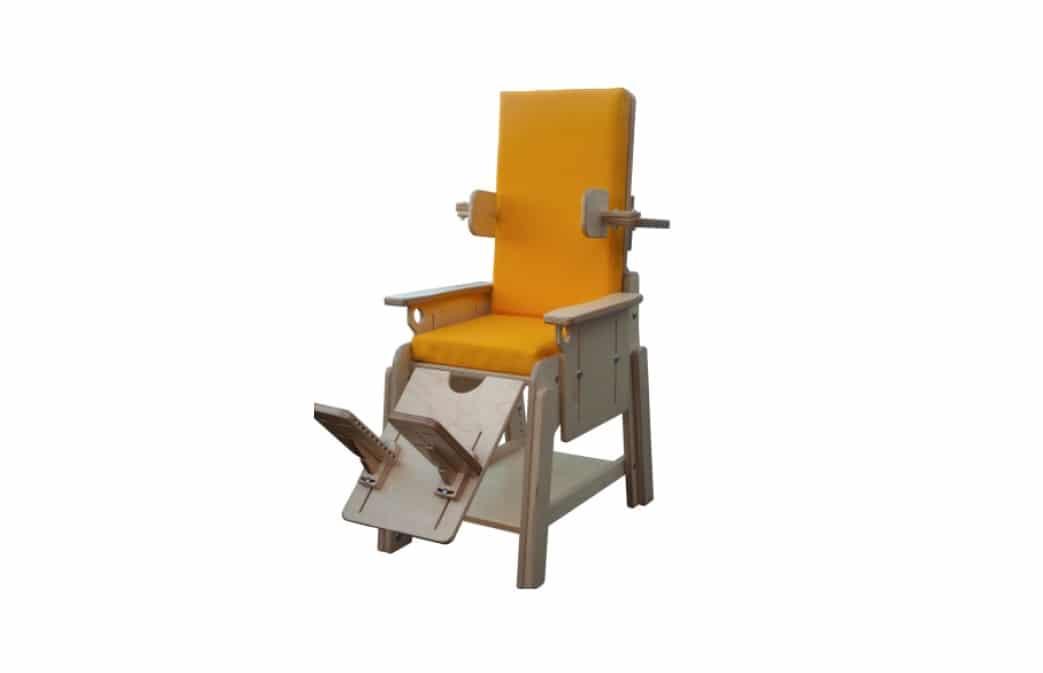 Cadeira de atividades Tweetie da Orthos XXI com estrutura rígida para posicionamento sentado de crianças com costas reclináveis e outros acessórios