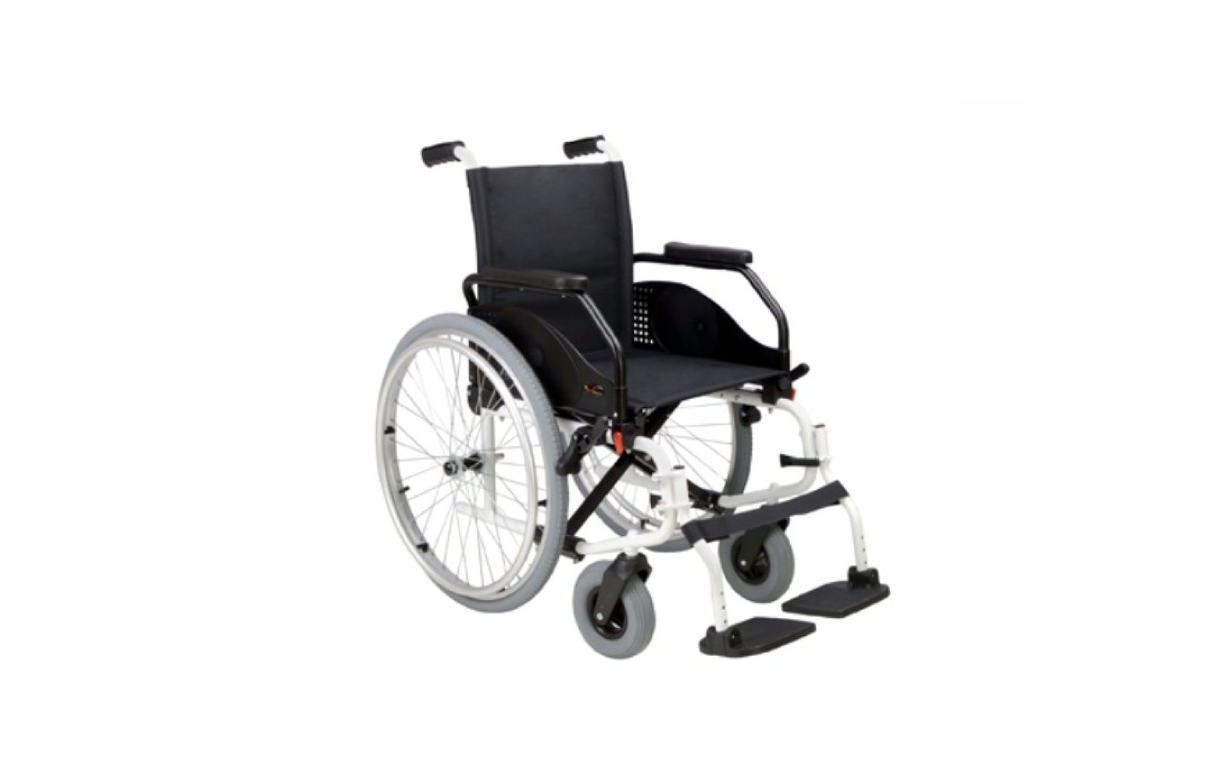 Cadeira de Rodas Manual Latina Compact da Orthos XXI, uma cadeira liga-leve com estrutura em alumínio. Bastante compacta, com cruzeta tripla.