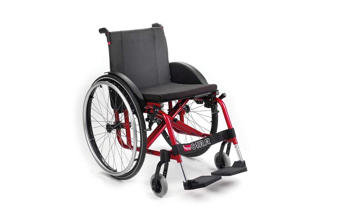 Cadeira de Rodas Manual Althea da Offcarr, em liga-leve, com estrutura em alumínio, e de encartar. Possui cruzeta dupla e ajuste de profundidade até 6 cm.